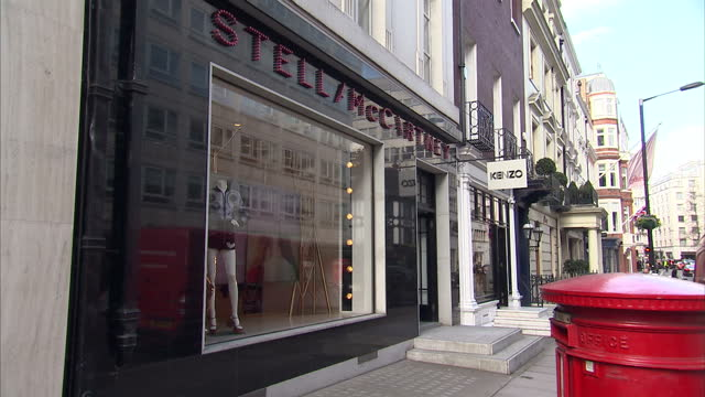exterior shots of stella mccartney, kenzo and isabel marant high end designer fashion shops in central london on april 06, 2016 in london, england. - ブランド ステラマッカートニー点の映像素材/bロール