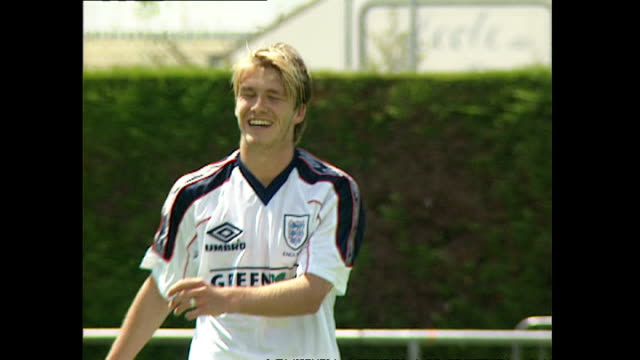 vídeos y material grabado en eventos de stock de exterior shots of steve mcmanaman david beckham gary neville paul merson and nigel martyn during an england football training session at the france... - 1998