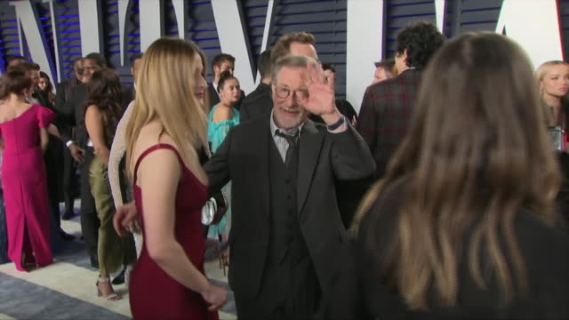 stockvideo's en b-roll-footage met exterior shots of steven spielberg and sasha spielberg on the red carpet of the 2019 vanity fair oscar party on 24th february 2019 in los angeles... - steven spielberg