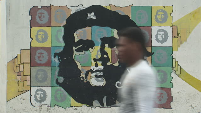 exterior shots of street art including a depiction of revolutionary hero che guevara and a slogan of the cdr >> on march 20 2016 in havana cuba - che guevara stock videos & royalty-free footage