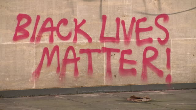 exterior shots of streets being cleaned and graffiti on walls and monuments following black lives matter protests. please note some graffiti may... - 公共物破壊点の映像素材/bロール