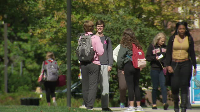 exterior shots of students on an ohio college campus walking around and talking on october 19 2016 in oxford ohio - città universitaria video stock e b–roll