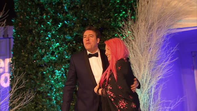 exterior shots of television and radio presenter jonathan ross and his wife jane goldman arriving at the winter whites gala and posing for... - 英格蘭 個影片檔及 b 捲影像