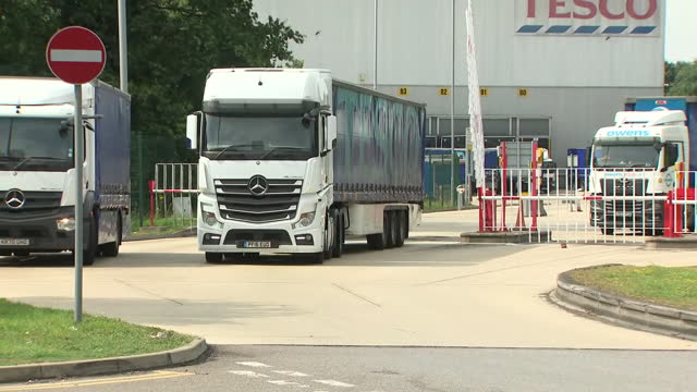 exterior shots of tesco reading distribution centre on 23 july 2021 in reading, united kingdom - delivering stock videos & royalty-free footage