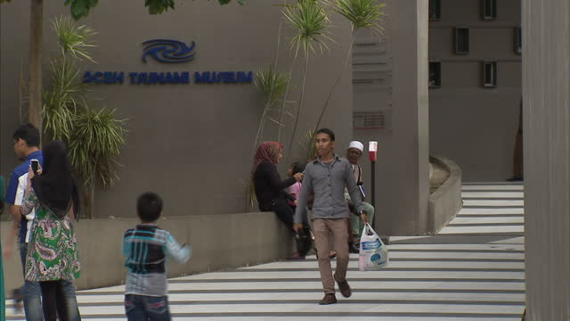 exterior shots of the aceh tsunami museum a memorial to the 2004 boxing day tsunami with visitors outside on september 11 2014 in banda aceh indonesia - 2004 stock-videos und b-roll-filmmaterial