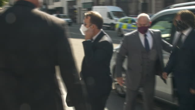exterior shots of the actor johnny depp arriving at the high court wearing a face mask during a libel action against the sun newspaper on 7 july 2020... - 文書による名誉棄損点の映像素材/bロール