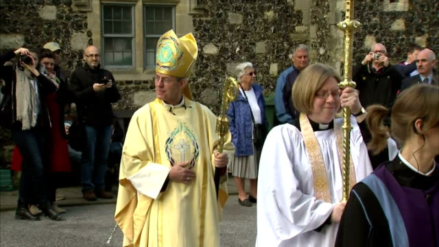 exterior shots of the archbishop of canterbury justin welby arriving for canterbury cathedral easter service on april 05 2015 in canterbury united... - カンタベリー大主教点の映像素材/bロール
