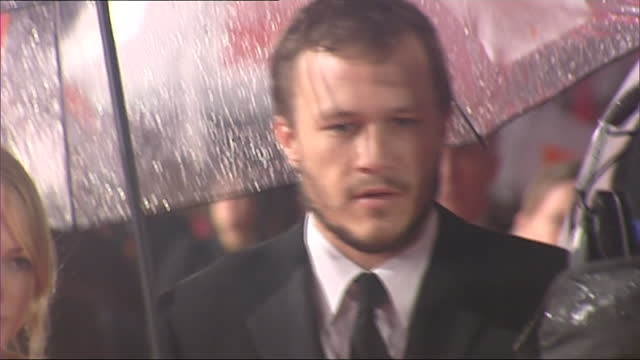 vídeos de stock, filmes e b-roll de exterior shots of the bafta awards red carpet in the rain, actor heath ledger and actress michelle williams on 19th february 2006 in london, united... - heath ledger