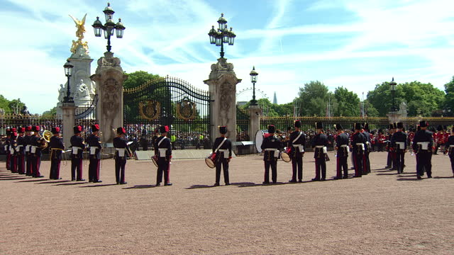 exterior shots of the band of princess patricia's canadian light infantry forming a circle and playing as the regimental colours of the coldstream... - 近衛兵点の映像素材/bロール