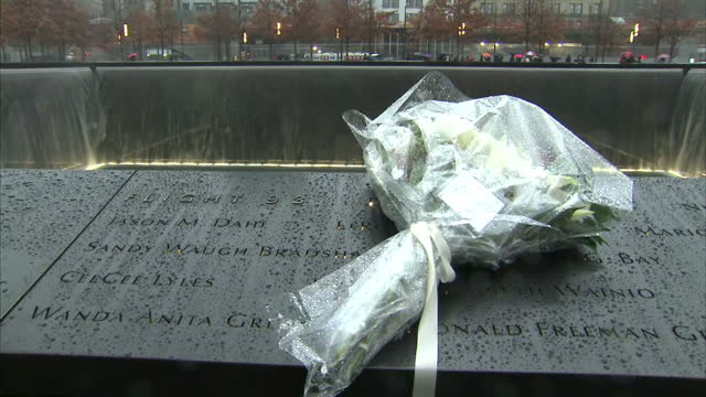 exterior shots of the bouquet left by the duke and duchess of cambridge at the national 9/11 memorial including a shot of the message left in tribute... - monumento commemorativo temporaneo video stock e b–roll
