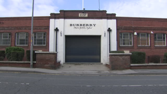 vidéos et rushes de exterior shots of the burberry factory in castleford - burberry