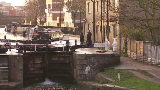 vídeos de stock e filmes b-roll de exterior shots of the canal lock where a body feared to be that of former eastenders actress gemma mccluskie was found with forensic police searching... - eastenders