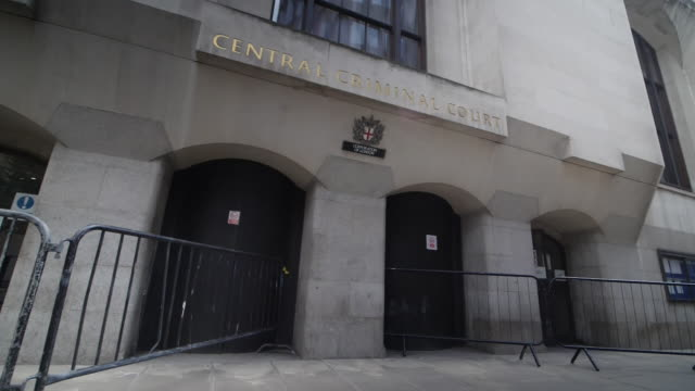 exterior shots of the central criminal court of england and wales 'the old bailey' on 17th may 2020 london, united kingdom. - オールドベイリー点の映像素材/bロール