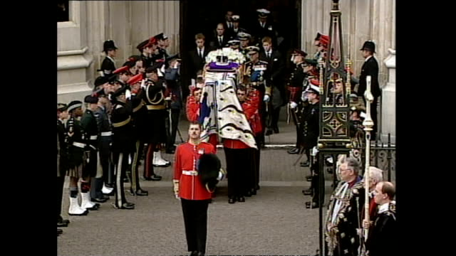 exterior shots of the coffin of queen elizabeth the queen mother being carried from westminster abbey to hearse and members of the royal family... - エリザベス・ボーズ=ライアン点の映像素材/bロール