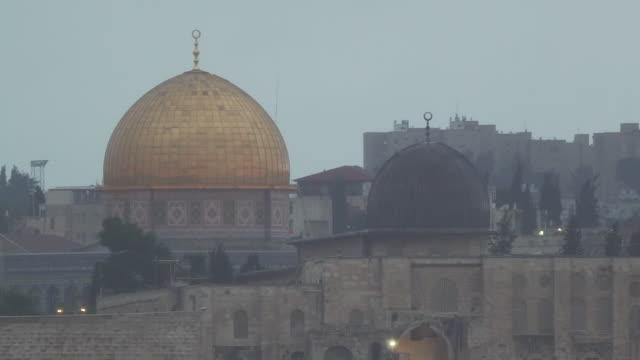vídeos de stock, filmes e b-roll de exterior shots of the dome of the rock , mount of olives and city walls on a grey, rainy evening on 7 december 2017 in jerusalem, israel - jerusalém