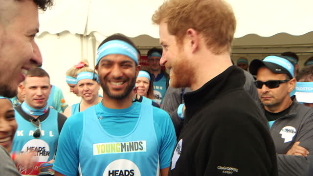 exterior shots of the duke and duchess of cambridge and prince harry talking to heads together marathon runners a record number of people are taking... - ansikte mot ansikte bildbanksvideor och videomaterial från bakom kulisserna