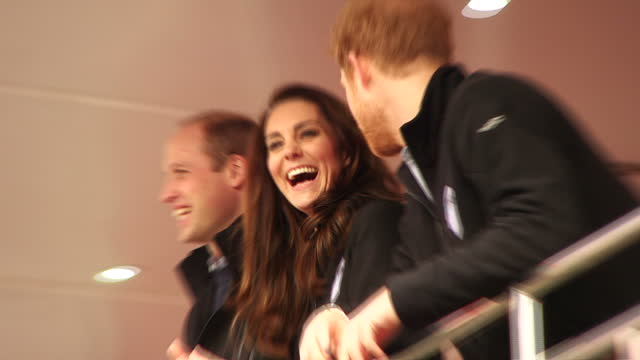 exterior shots of the duke and duchess of cambridge and prince harry watching the progress of the london marathon. a record number of people are... - ウィリアム王子点の映像素材/bロール