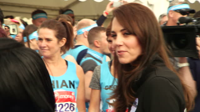 exterior shots of the duke and duchess of cambridge chatting to heads together marathon runners a record number of people are taking part in the... - ansikte mot ansikte bildbanksvideor och videomaterial från bakom kulisserna