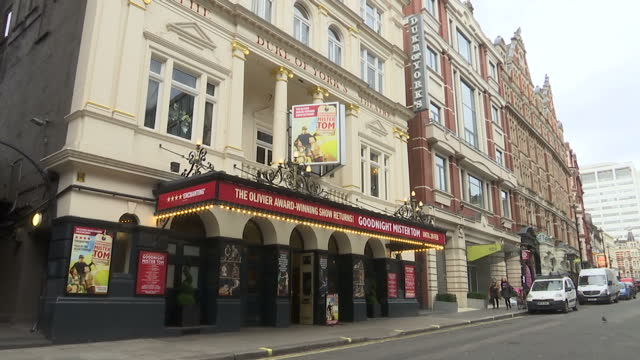 exterior shots of the duke of york's theatre showing goodnight mr tom then posters for various other theatre performances including thriller les... - das phantom der oper stock-videos und b-roll-filmmaterial