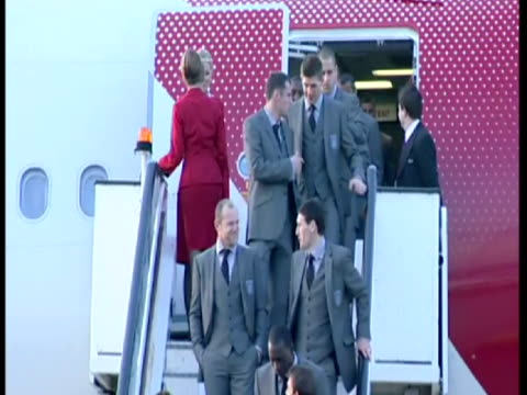 vidéos et rushes de exterior shots of the england football squad posing for a photo op on steps of virgin plane before departing for the world cup in south africa. - 2010
