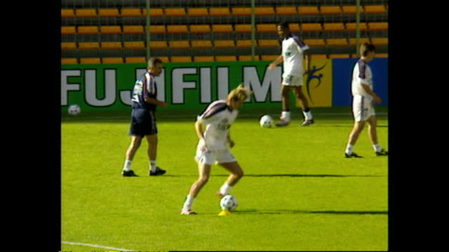 vidéos et rushes de exterior shots of the england football team training in the stade bollaert-delelis during the fifa world cup 1998. at stade bollaert-delelis on june... - 1998