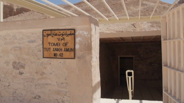 exterior shots of the entrance and signage outside tutankhamun's tomb in the valley of the kings on april 1 2016 newar luxor egypt - gravvalv bildbanksvideor och videomaterial från bakom kulisserna