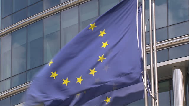 exterior shots of the european commission building with european union flags flying outside including shots overlooking eu flags flying with derelict... - europäische kommission stock-videos und b-roll-filmmaterial