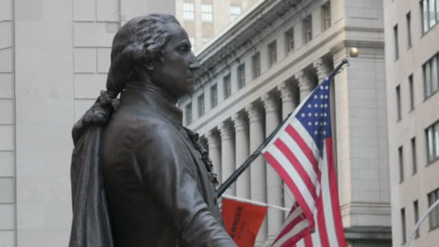 vídeos de stock e filmes b-roll de exterior shots of the federal hall national memorial in new york including shots of the statue of george washington on the front steps of the... - george washington