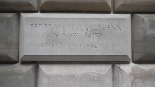 exterior shots of the federal reserve bank on 4th september 2018 in new york united states - 中央銀行点の映像素材/bロール