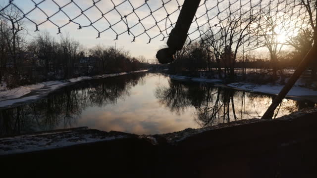 vídeos y material grabado en eventos de stock de exterior shots of the flint river and a bridge over it during the flint pollution crisis on january 22 2016 in flint michigan - michigan