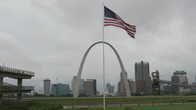 stockvideo's en b-roll-footage met exterior shots of the gateway arch in st louis, missouri from october 2019. - jefferson national expansion memorial park