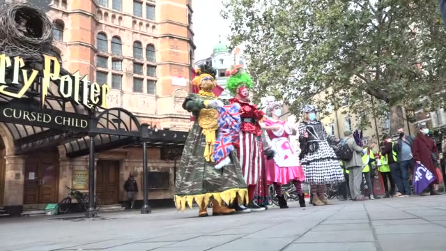 exterior shots of the grand dames of panto marching through london's deserted theatre district to highlight the lack of government support, wearing... - パントマイム点の映像素材/bロール