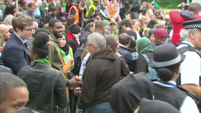 exterior shots of the grenfell tower community gathered and comforting each other at the memorial to mark the one year anniversary of the grenfell... - トリビュート・イベント点の映像素材/bロール
