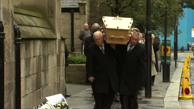 exterior shots of the hearse carrying the coffin of mh17 crash victim liam sweeney arriving at st mary's cathedral and pall bearers carrying the... - carro funebre video stock e b–roll