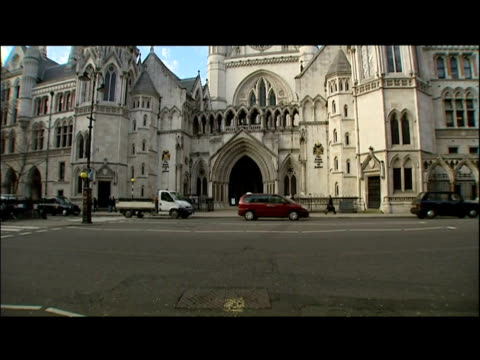 exterior shots of the high court royal courts of justice - old bailey stock-videos und b-roll-filmmaterial
