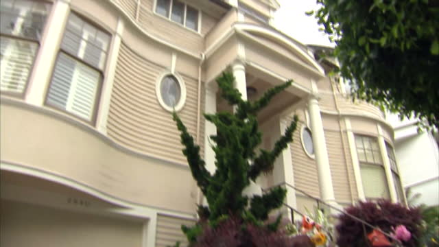 exterior shots of the home on broadway and steiner street where the film 'mrs doubtfire' was set with floral tributes and messages left outside in... - ロビン・ウィリアムズ点の映像素材/bロール