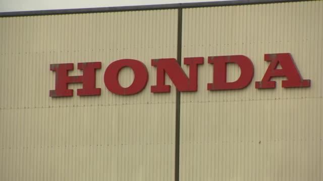 exterior shots of the honda sign of the honda motor company plant at swindon on 18 february 2019 in swindon united kingdom - ホンダ点の映像素材/bロール