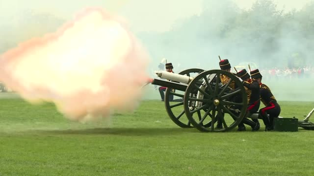 exterior shots of the king's troop royal horse artillery fire a 41 gun royal salute to mark queen elizabeth ii's 93rd birthday in hyde park on 22nd... - royal horse artillery stock videos and b-roll footage