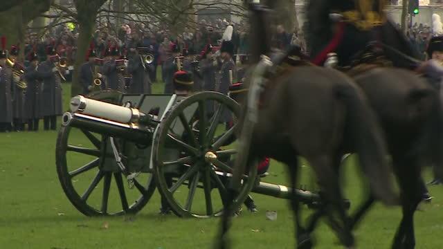 vídeos de stock, filmes e b-roll de exterior shots of the king's troop royal horse artillery preparing to fire a 41gun salute in green park to mark the queen's sapphire jubilee>> on... - parque green
