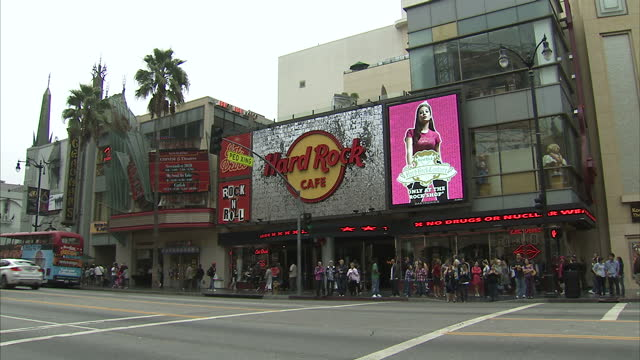 exterior shots of the kodak theatre, hard rock cafe, arnold schwarzenegger's star on the hollwood walk of fame and street scenes on hollywood... - ハードロックカフェ点の映像素材/bロール