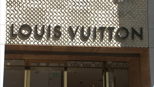 stockvideo's en b-roll-footage met exterior shots of the louis vuitton fashion shop on new bond street as people walk past on a sunny day on august 17 2016 in london england - louis vuitton modelabel