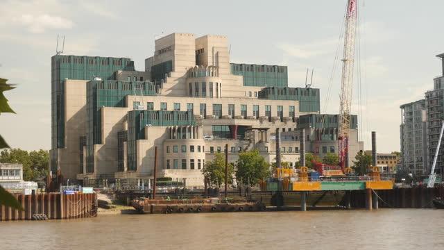 exterior shots of the mi6 building in vauxhall on 26 september 201 in london, united kingdom - mi6 stock-videos und b-roll-filmmaterial
