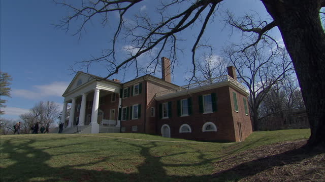 exterior shots of the montpelier estate plantation house, home of the madison family including james madison, fourth president of the united states... - ジェームズ・マディソン点の映像素材/bロール