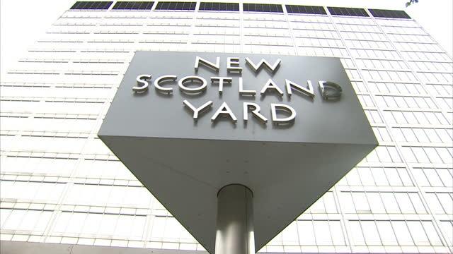 exterior shots of the new scotland yard sign outside the metropolitan police headquarters in westminster new scotland yard sign at metropolitan... - ニュースコットランドヤード点の映像素材/bロール