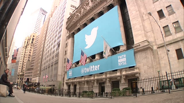 exterior shots of the new york stock exchange on wall street with large twitter banners hanging over the entrance for twitter's launch on the stock... - messaggistica online video stock e b–roll