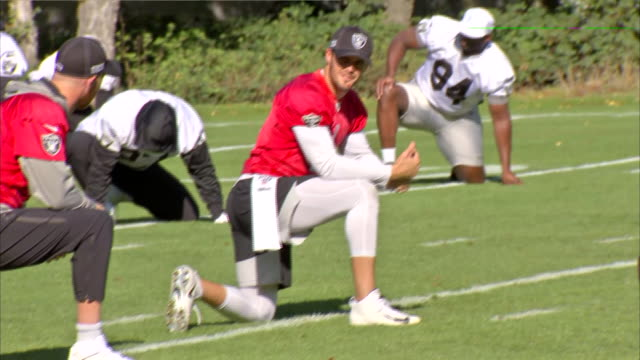 vidéos et rushes de exterior shots of the oakland raiders training ahead of their match vs chicago bears taking place at the tottenham hotspur stadium in london shot on... - nfc