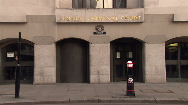 exterior shots of the old bailey the central criminal court of england and wales the lady justice statue old bailey court lady justice statue on... - old bailey stock-videos und b-roll-filmmaterial