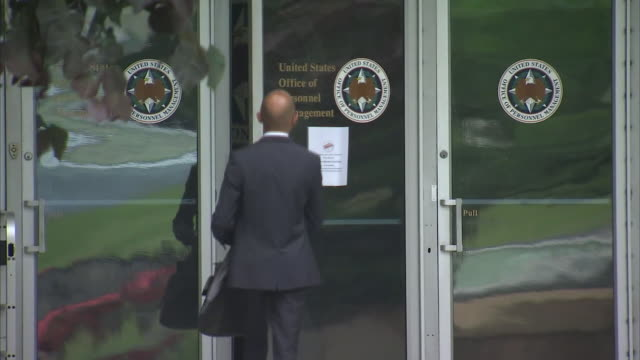 stockvideo's en b-roll-footage met exterior shots of the opm headquarters after a data breach which targeted personal records, on 6 june 2015 in washington dc, united states - computermisdaad