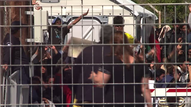 vídeos y material grabado en eventos de stock de exterior shots of the perimeter fence at moria detention camp on lesbos, and crowds of pakistani migrants protesting as police look on.>> on april... - valla límite