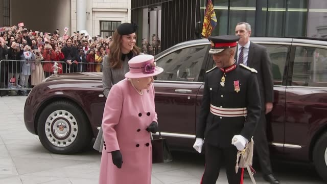 exterior shots of the queen and catherine duchess of cambridge arriving at king's college london for the re-opening of bush house on 19 april 2019 in... - キングスカレッジ点の映像素材/bロール
